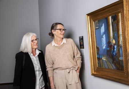 Gjester ser på Anna Ancher bilde på Lillehammer Kunstmuseum
